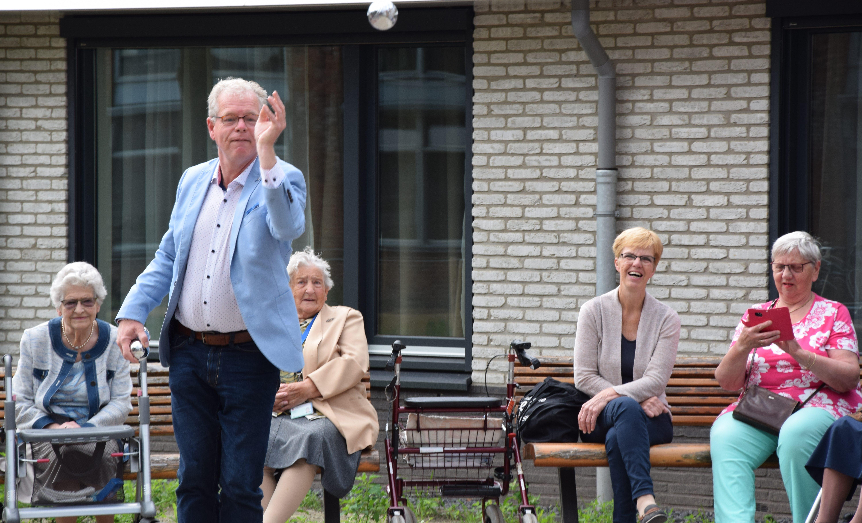 Wethouder Knol opent jeu-de boulesbaan bij dienstencentrum de Reehorst